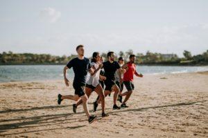 ビーチを走る男女