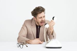 電話に怒鳴る人