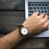 ノートパソコンと腕時計