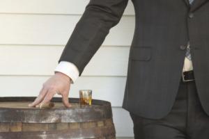スーツの男性と酒